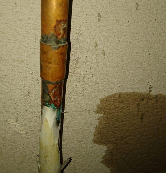 14 上階の浴室点検口内漏水調査 給湯管漏水箇所(ビンホール)