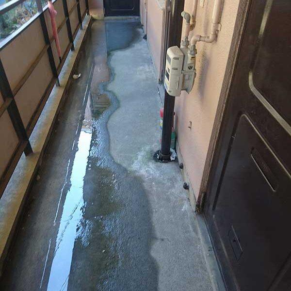 4 作業前 通路 部屋の浴室の通気口より水が漏れている状態