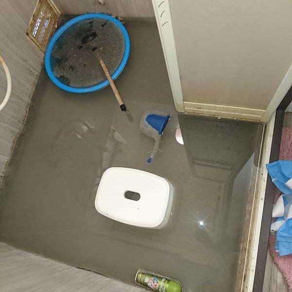 6 作業前 浴室内 床排水口より水が漏れ、満杯状態