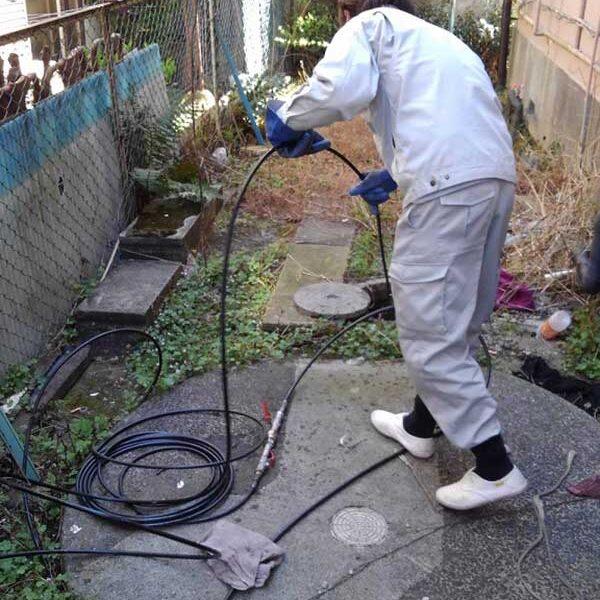10 外部汚水桝より特殊高圧洗浄車による汚水管清掃