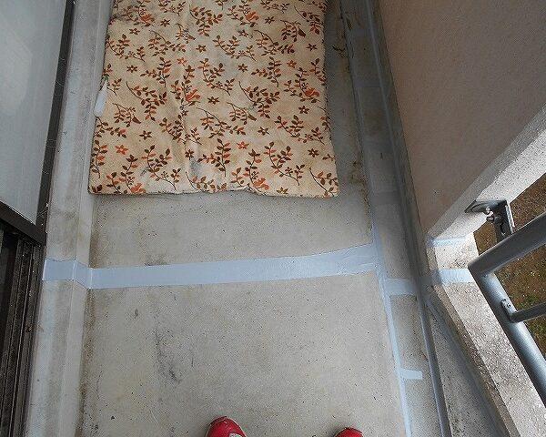 13 上階のベランダのクラックにコーティング完了