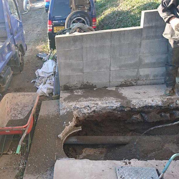 6 施工中(浄化槽取壊し後の配管工)