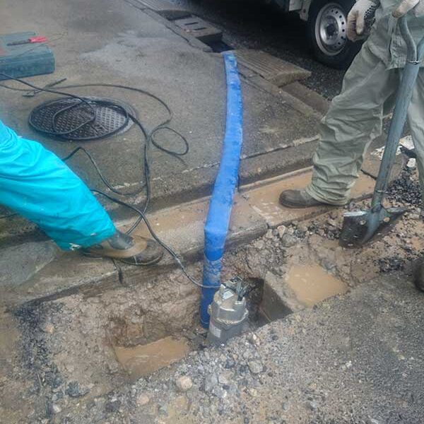 5 土木用排水ポンプにて泥水汲み上げ