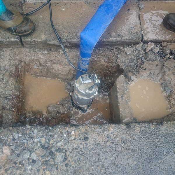 6 土木用排水ポンプにて泥水汲み上げ