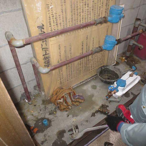 1 マンションパイプシャフト内県水メーター布設及び配管工