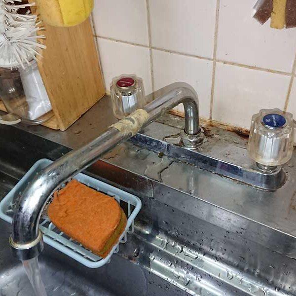 水を出すと根元より水が漏れる状態