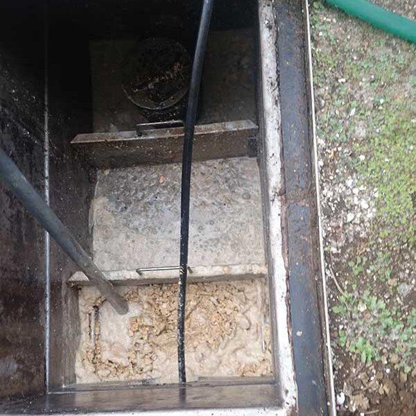 7 横引き配管洗浄中
