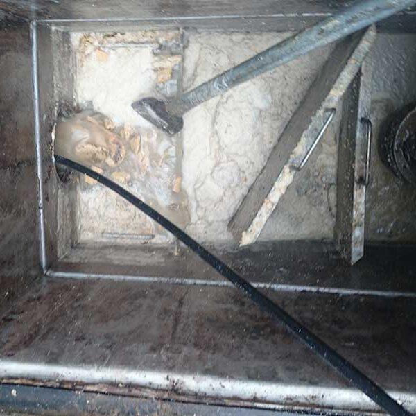 8 横引き配管洗浄中