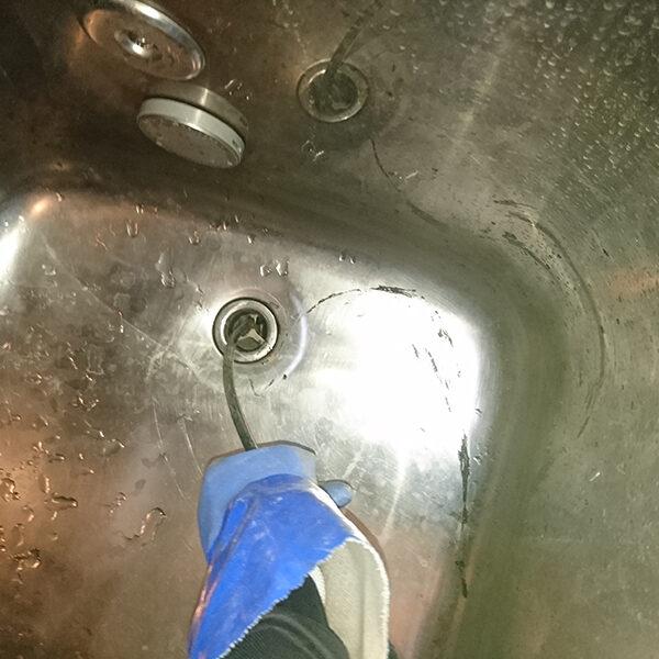 17 排水管清掃 浴槽の排水口より