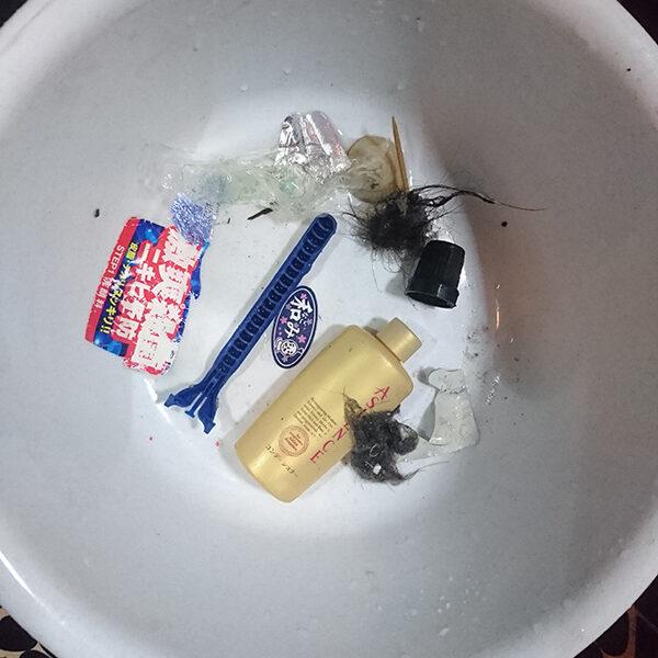 22 排水管清掃 洗い場の排水管より異物取り除き